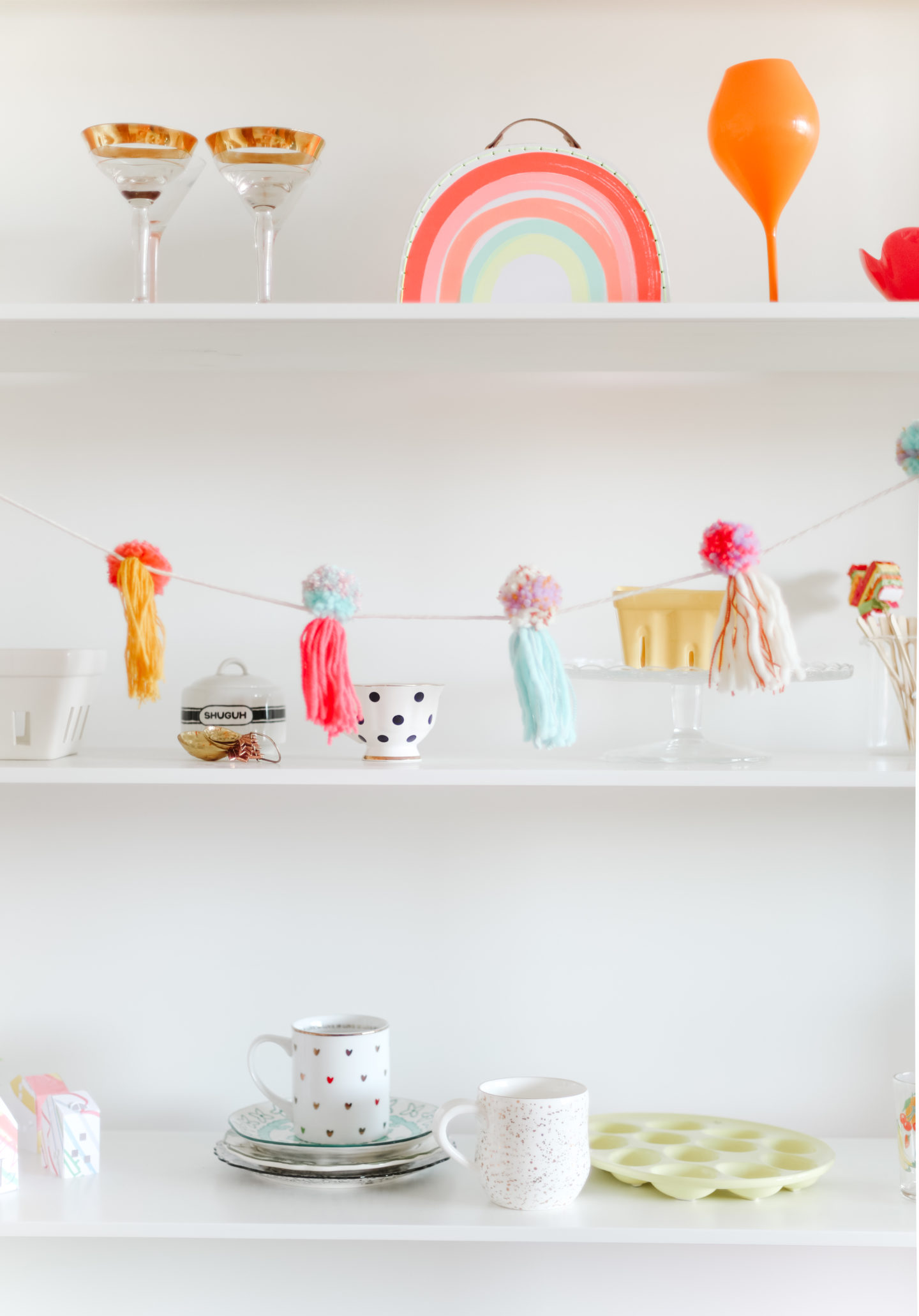 How to decorate a colourful shelf