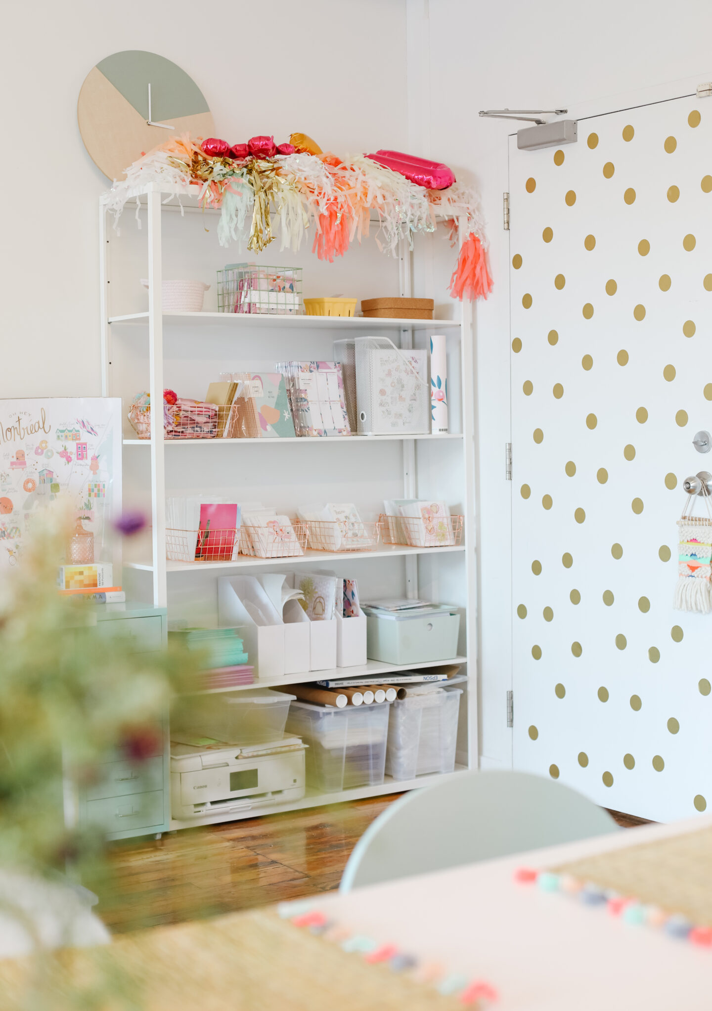 How to decorate a pastel office